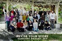 tüm katılımcıların bir arada olduğu fotoğrafta katılımcılar üzeri dallar ve sarmaşıklarla kaplı ağaçlar arasında görülmekte. altta yeşil zemin üzerinde beyaz büyük harflerle Revise Your Story onun altında daha küçük harflerle SANDANSKY, BULGARİA 2019 yazmakta.